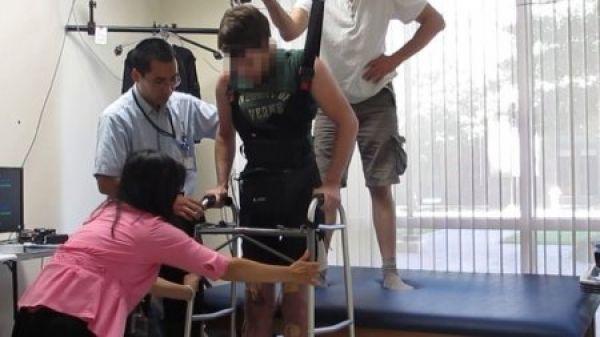 Un tanar paraplegic merge din nou cu ajutorul unui dispozitiv